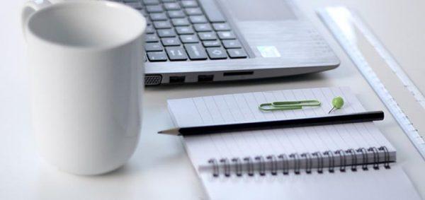 Tasse, ordinateur et cahier